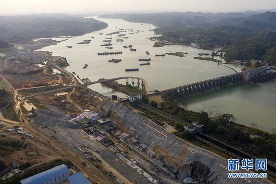 无人机航拍横县西津水利枢纽二线船闸工程。新华网 刘君 摄