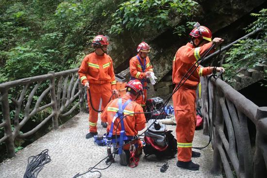 广西一景区里游客脚滑坠落山崖 摔下8米深的瀑布