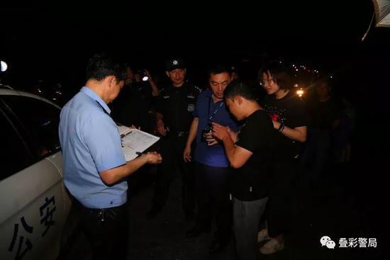 叠彩民警在部署救援计划