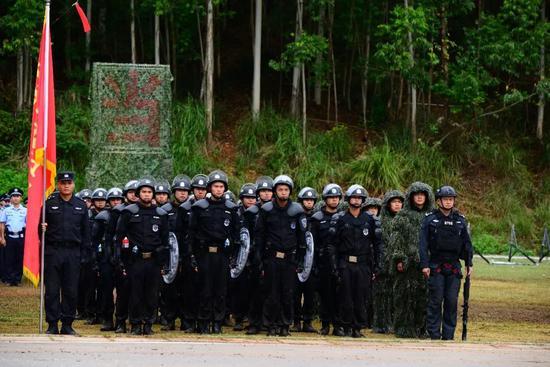 ↑曾浩(右一)在广西公安大练兵现场。
