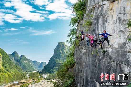 """双节将至 广西马山攀岩小镇再次上演""""岩上芭蕾"""""""