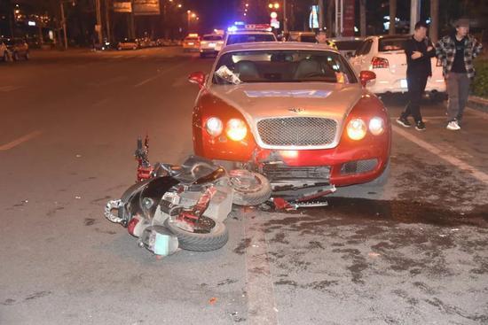 柳州电动车撞宾利!一个酒驾一个违停 看交警怎么判
