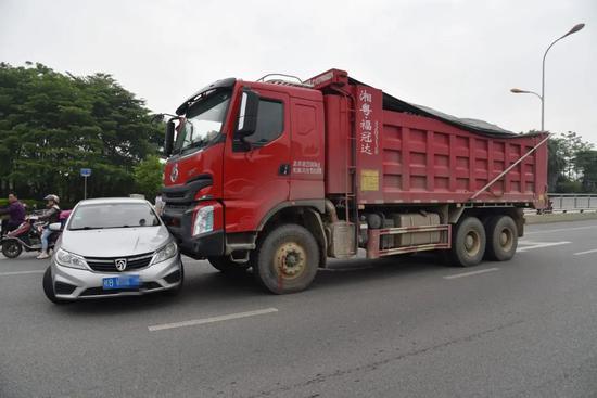 视野盲区!柳州一大货车在桥面推行小轿车数百米