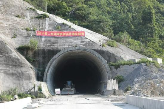 提前2个月!贵南高铁风险等级最高的隧道顺利贯通!