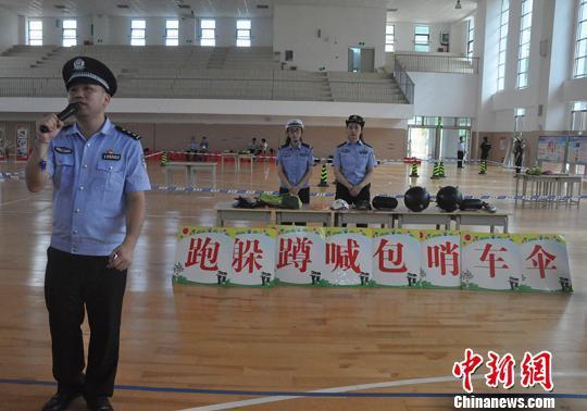 图为警察教官介绍游戏注意事项 林浩 摄