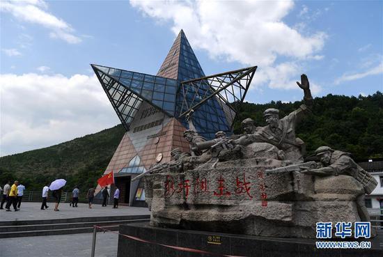 人们进入湘江战役新圩阻击战陈列馆参观(6月28日摄)。 新华社记者 陆波岸 摄