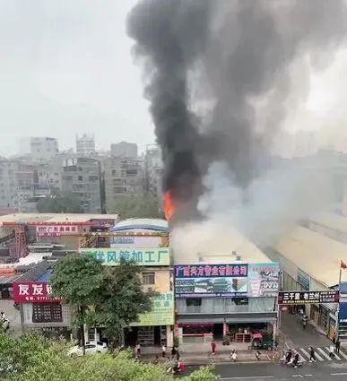 南宁安吉大道建材市场一店铺发生火灾 已成功处置