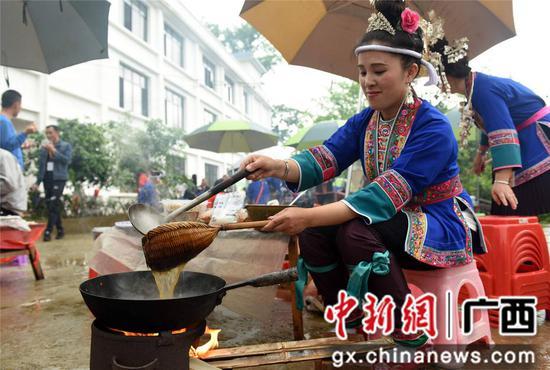 4月14日,三江侗族自治县洋溪乡高露村举办第三届油茶文化节,当地群众以茶为媒、以茶会友、以茶促商,通过吹芦笙、跳多耶、油茶宴及民俗展演等多彩节目,尽展侗家风情,吸引众多游客前往观赏体验。 打油茶是侗族特有的一种饮食习惯和待客礼仪,起源于唐代,侗家油茶用糯米、茶油、茶叶、食盐等原料精制而成,具有香、酥、甜等特点,能提神醒脑助消化,已于2014年列入广西区级非遗名录。龚普康 摄