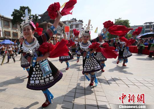 几名侗族女子跳芦笙舞。 龙林智 摄