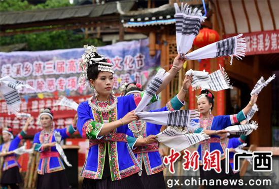4月14日,在三江侗族自治县洋溪乡高露村中寨屯,侗族妇女在表演民族舞蹈。龚普康 摄