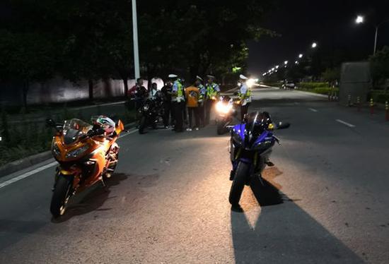 """桂林飙车""""小团伙""""栽了!3辆大排量摩托车被查扣"""