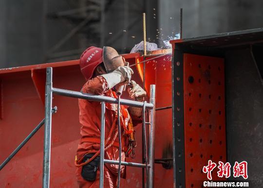 春节临近,大藤峡工程建设者仍坚守工作岗位。 陈冠言 摄