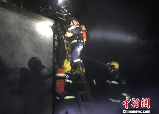 图为消防员解救被困婴儿。 郭敏屹 摄