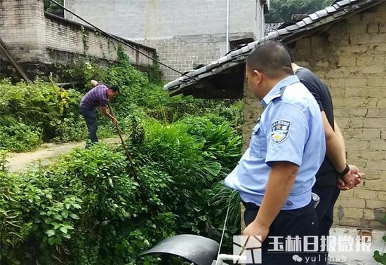 警方打捞村子水沟