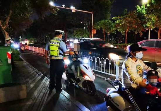南宁交警:电动自行车违法七必罚、七必学一定要知道