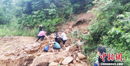 救援队伍爬山涉水赶往灾区。 马德友 摄