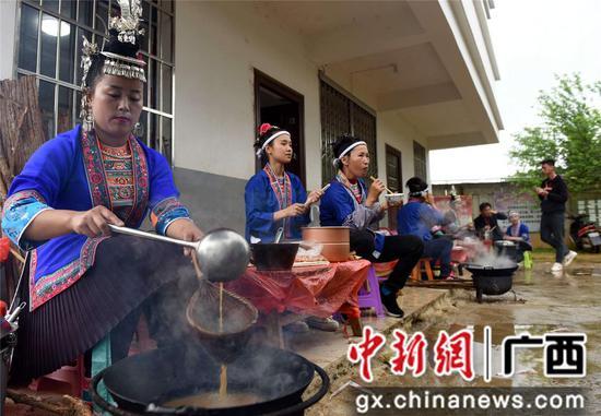 4月14日,在三江侗族自治县洋溪乡高露村中寨屯,侗族妇女在打油茶。龚普康 摄