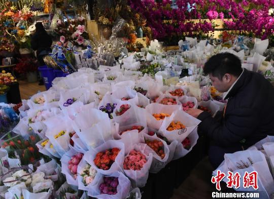 图为市民在鲜花市场挑选玫瑰花作为情人节礼物。 周毅 摄