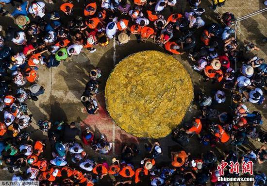 资料图:当地时间2015年9月2日,美国麻省理工学院动员大约500名师生,制造出一份重15000磅(约6803公斤)的超大份水果沙拉,打破吉尼斯世界纪录。