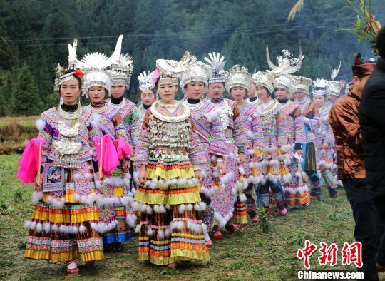 穿着盛装的苗族姑娘进行芦笙踩堂。 韦鼎标 摄