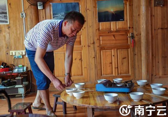 致富带头人贲益茂收拾民宿。记者 黄思宁摄