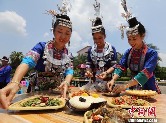 侗族女子在摆放侗族美食。 吴练勋 摄