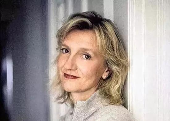 ▲伊丽莎白·斯特劳特(Elizabeth Strout),美国作家,1956年出生于缅因州波特兰市,出版有《奥丽芙·基特里奇》《我叫露西·巴顿》《又见奥丽芙》等。2009年,《奥丽芙·基特里奇》获普利策小说奖。