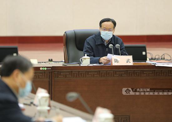 2月10日,自治区主席陈武主持召开自治区十三届人民政府第50次常务会议。记者梁凯昌 摄