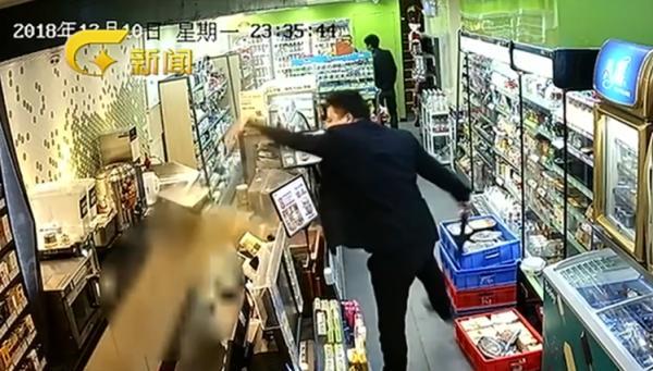 南宁一男子持刀闹便利店致店员烫伤 警方:已刑事立案