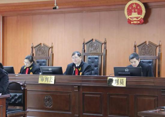 兴宾区法院院长闭删担任审判长并主审该案