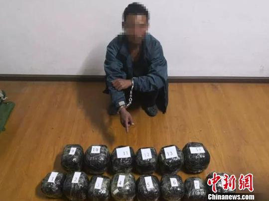 图为警方抓获的犯罪嫌疑人与缴获的毒品。 腾冲市公安局供图 摄