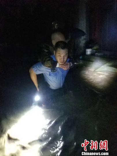 桂林市资源县警方在洪水中营救被困人员。 周伟俊 摄