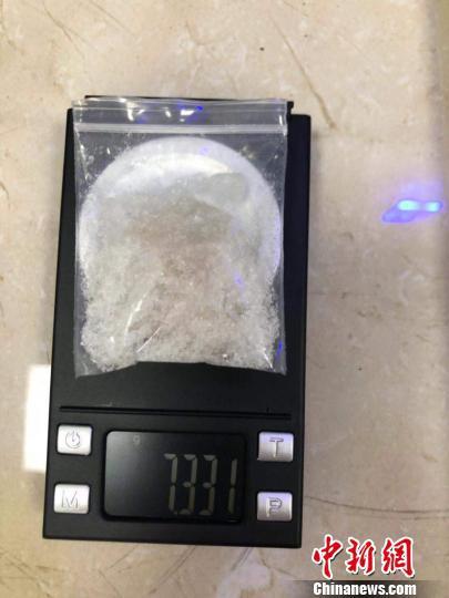 现场缴获的疑似毒品。警方供图