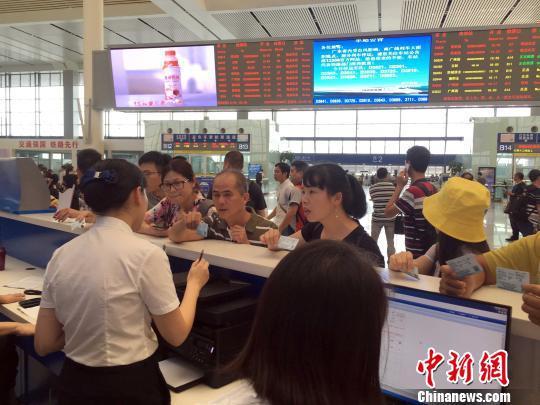 南宁火车东站工作人员耐心地接受旅客咨询。 刘劲杰 摄