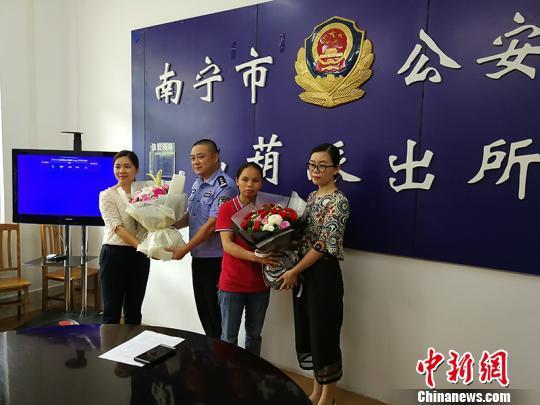 图为培训机构负责人表示感谢 林浩 摄