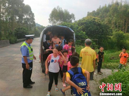 图为交警让学生从三轮车上下来。 陈燕 摄