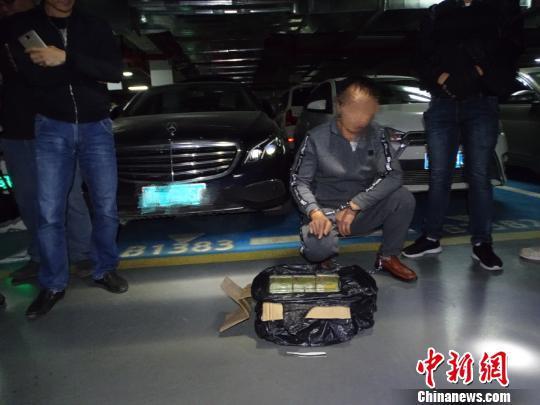 图为被抓获的犯罪嫌疑人。 曾泽 摄