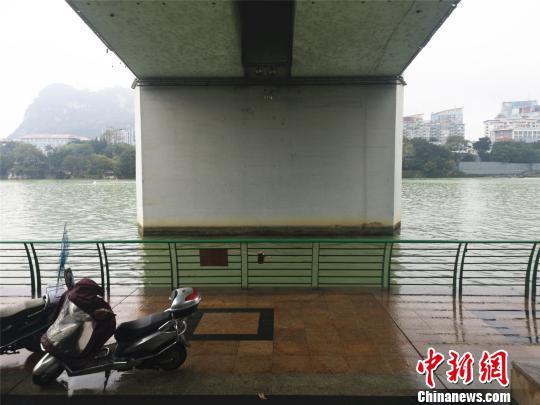 事发地点柳江河边。 朱柳融 摄