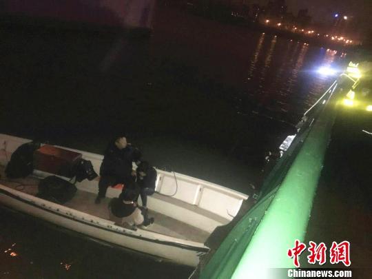 民警用冲锋舟将二人救起。 警方供图 摄