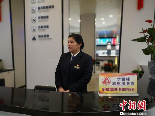 图为柳州火车站客运值班员唐映梅。 林馨 摄