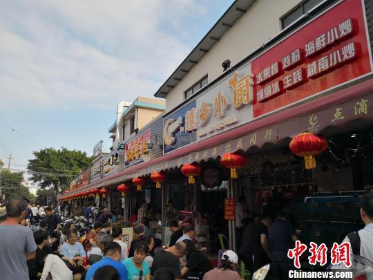 侨港一家越南美食店门前,大批游客排队等候用餐。 翟李强 摄