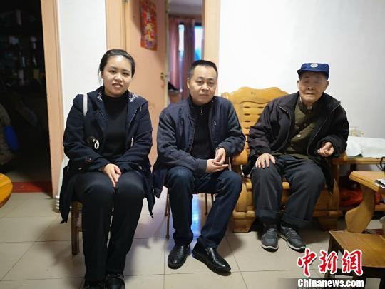 图为郭丽华与爸爸、爷爷,郭家三代均为铁路人。 林馨 摄