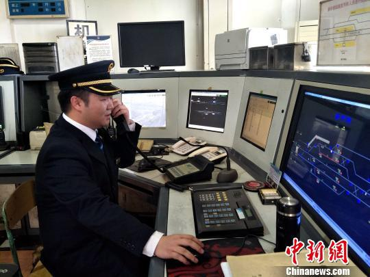 值班员刘鉴正在联系司机。 王文龙 摄
