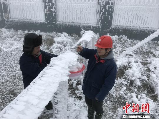 电力工人李海红和唱凯在西晃山开展冰情监测。受访者供图