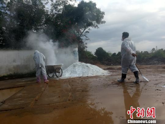2月18日,工作人员对叶开养殖小区消毒。 翟李强 摄