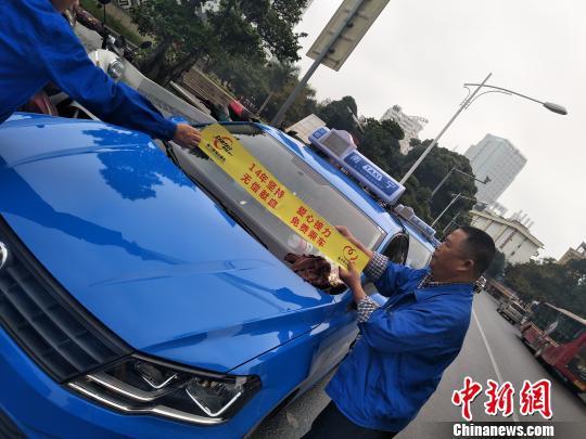 """""""无偿献血 免费乘车""""活动现场 李香凝 摄"""