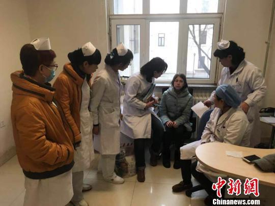 图为安娜和医护人员进行交流。(高军震摄)