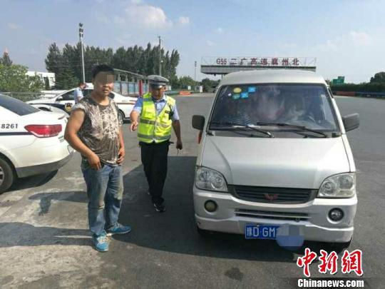 铁某持假行车证被查(资料图)。襄阳高警大队提供