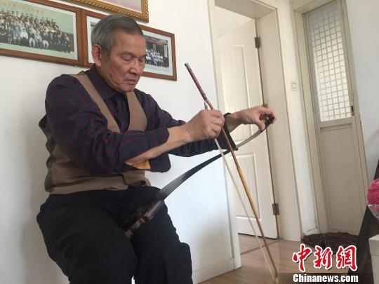 邱汉泉老人在拉奏歌曲《好人一生平安》。 孙宏瑗 摄