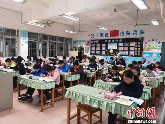 柳州市公园路小学学生放学后在校内写作业。 朱柳融 摄